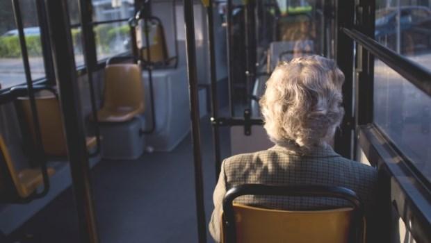 台灣1/3老人不和子女同住!身邊沒小孩,失智和長期臥床的風險大增,原因是…