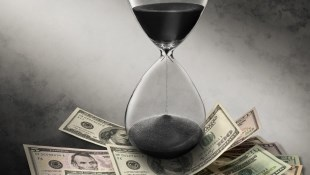 每年投資10萬,分別從22歲和30歲開始...報酬率都是10%,兩個
