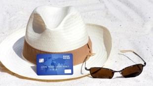 最高2.8%現金回饋!精選8張「雙幣信用卡」,出國玩不用擔心匯率,還