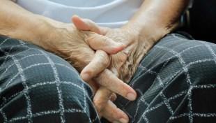 一有家人中風住院,你就該準備的5件事:申請身心障礙手冊、輔具補助..