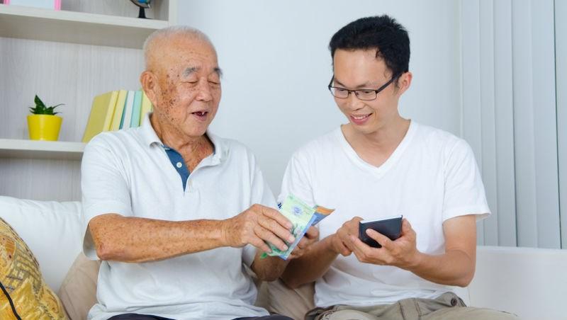 你搬進「老人家」,政府補助租金每月2,400!創意政策:獨居老人的家空房出租