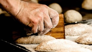一年內賺進2千萬,30歲成為億萬富翁!麵包師傅靠這招翻身:手上持股不超過●支