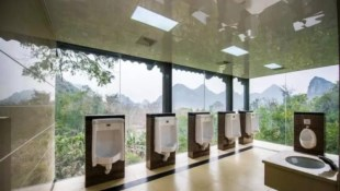 中國「廁所革命」》戈壁沙漠廁所可無線上網、公廁配ATM...外媒:廁