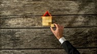 為何投資客能用便宜價買到「黃金屋」