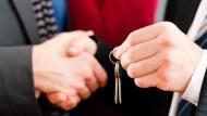 買房時,屋主派出家人和你「議價」.