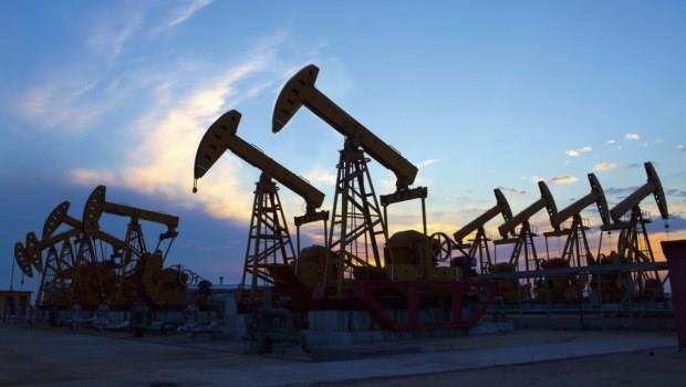 OPEC、美國相互較勁,油價壕溝持久戰尚未結束》油比水便宜,該逢低進場嗎?