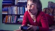 每個夜裡,宅男們準時上網看正妹打怪...「遊戲直播」的500億商機