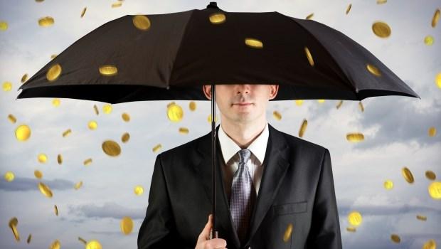 一個投資案,讓他在1920年賺到100億,住進超過20間房的豪華別墅,有上百套高級西裝、十幾支黃金拐杖...