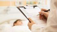 買住院醫療險,實支實付和定期日額,哪個保障最多?4個實際案例一次比較