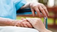 78歲老婦,照顧91歲的丈夫...數據證明「以老顧老」已成悲慘進行式
