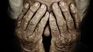 日本獨居老人真實慘況》年金僅夠付房租、存款只出不進,為了省錢有病也不就醫