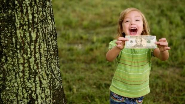 年輕人想快速脫貧?一個華爾街基金創辦人:存錢、兼差,拿去投資「這兩檔ETF」