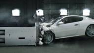 別再說鐵包肉,看過房車被輾成「紙團」的照片?「車體剛性」最完整解析《中價位進口車篇》