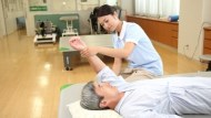 只要100元!專業護理師到你家指導「照顧技巧」,幫老爸媽翻身、換藥、量血壓血糖