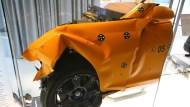 別再說鐵包肉,看過房車被輾成「紙團」的照片?「車體剛性」最完整解析《高級進口車篇》