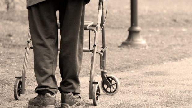 長照險保費高,每年得繳4萬!預算有限又想做足晚年保障,你該買的是「殘扶險」