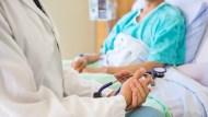 拍痰太小力導致肺炎、尿布太少換導致褥瘡....善用「這個服務」,你可以避免讓老人家「反覆住院」