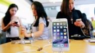 想買到「CP值最高」的二手iPhone?一個超愛比價的奶爸:挑「過保、9成新」就對了