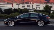 特斯拉正式打造出第一輛Model 3!馬斯克大秀美照