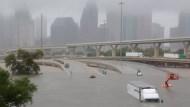50年最強颶風重創德州油田,奇了,油價為何不漲反跌?