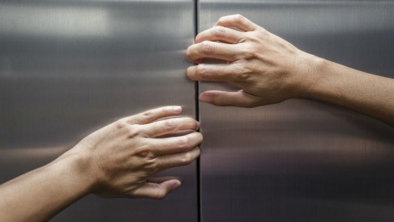 全台大跳電!消防局:受困在電梯時,你必須先做這4件事