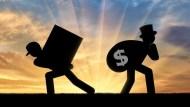 賺了錢,有錢人和窮人,分別拿去買了什麼?一個觀念決定你的身家