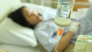 定期險不好?一個案例揭露:她住院30天燒掉30萬...定期險給付70萬,終身險試算只賠7萬