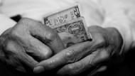 靠老本無法終老!最新調查:逾7成退休父母想跟子女討孝親費,每月至少●萬