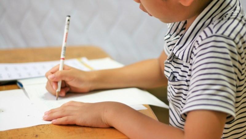 小孩「窮養」和「富養」,花費差到900萬!一張表看:學才藝、讀私校...就是這些錢掏光父母資產
