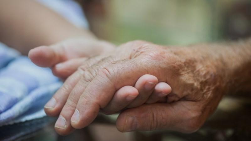 哥哥遠在美國、弟弟獨扛80歲老父照顧重擔...桃園榮民之家裡,看見台灣長照危機