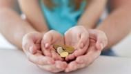 小孩抱怨「零用錢比同學少」,父母該如何回應?專家告訴你