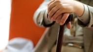從一個執拗老人身上看到,讓自己不孤單老死的3防線:除了保險、照護資源,最重要的是...