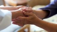 銀髮生活懶人包》送餐到家裡、陪看病、出門接送...幫你「顧好長輩」的便利服務