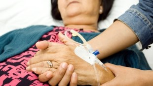 罹癌看中醫治療,癌症險不賠?4個「要賠」案例告訴你,能拿得理賠的關鍵