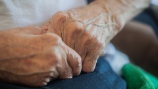 談一場感情就賠了一棟房子!一個價值2千萬的血淚教訓:關心長輩就是保護