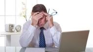 「好不想上班」出現這3點,可能已深陷工作倦怠!心理師:最後底線,別讓工作進臥室
