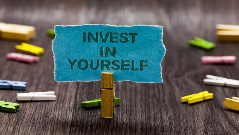 德州撲克職業選手花300萬學來的一課:想追求卓越,自我投資絕對是必要的花費!
