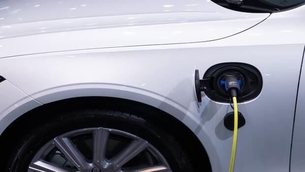 想投資電動車ETF,除了00893和00895還有其他選擇?這2檔特斯拉、輝達比重高,投資面向更廣-Smart智富ETF研究室