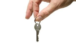 租屋處冷氣壞了,房東說買全新的,叫我每月補貼300元合理嗎?