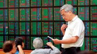 台股摜破5日線上沖下洗震盪逾400點,三大法人聯手賣超87.47億元