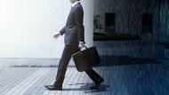 該挑高薪爛公司,還是低薪好公司?職訓專家:新鮮人選上司,不要選公司