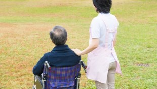 「我把奶奶送到養護中心了...」社工師自白:身分變成下決定的家屬時,