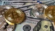 美元弱勢,資金逃向比特幣!價格逼近6萬美元,取代黃金、美債的避險地位…